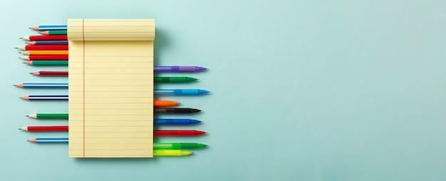 Lluvia de ideas de concepto, puesta en marcha, nuevas ideas. abra el cuaderno en blanco sobre un fondo azul minimalista.