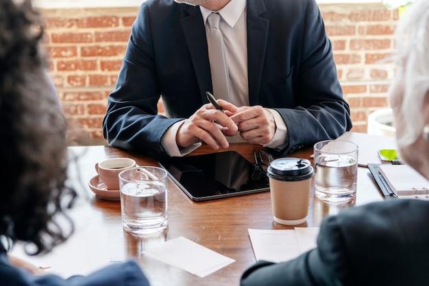 Lluvia de ideas de empresarios en una reunión