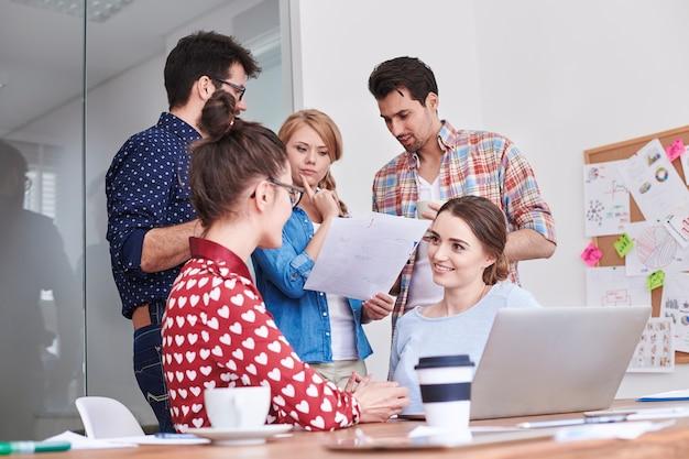 Lluvia de ideas del equipo joven en la reunión