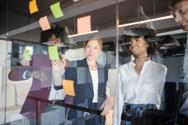 Lluvia de ideas de equipo de negocios multiétnica