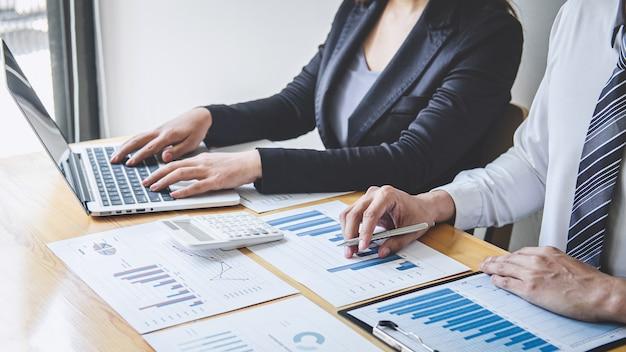 Lluvia de ideas del equipo de negocios sobre la reunión para planificar el trabajo de proyectos de inversión y el negocio de estrategia