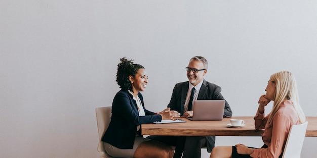 Lluvia de ideas de gente de negocios en una reunión