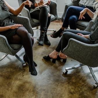 Lluvia de ideas de mujeres empresarias en la oficina