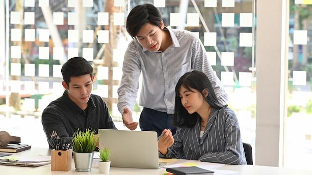 Lluvia de ideas de negocios con el equipo de consulta y reunión con la computadora portátil.