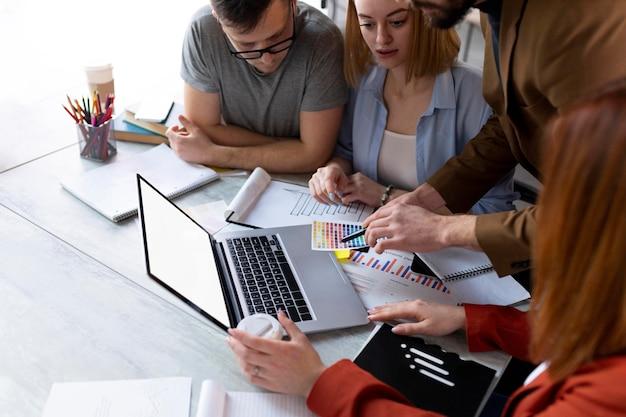 Lluvia de ideas de personas en una reunión de trabajo