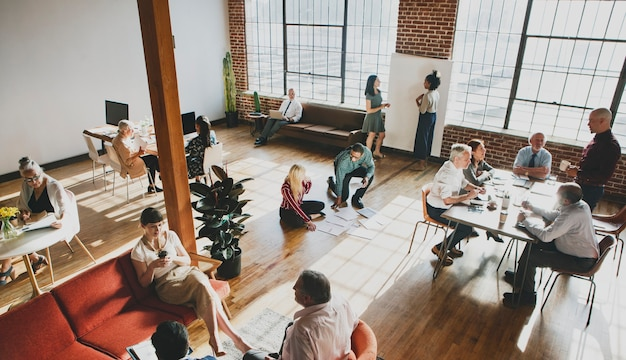 Lluvia de ideas de personas en un taller