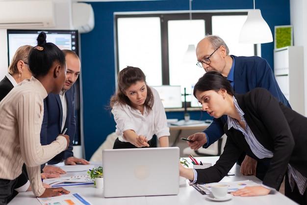 Lluvia de ideas de reunión de empresarios multiétnicos, líder del equipo que comparte la planificación de ideas creativas