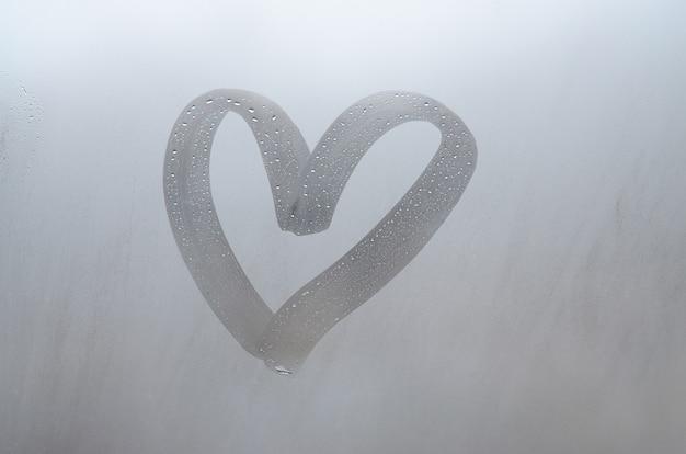 Lluvia de otoño, la inscripción en el cristal sudoroso - amor y corazón