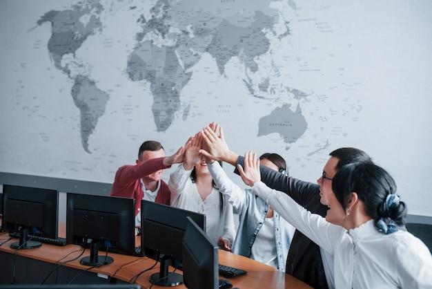Lo haces bien. jóvenes que trabajan en el centro de llamadas. se acercan nuevas ofertas