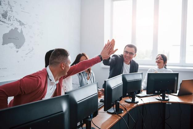 Lo logramos. jóvenes que trabajan en el centro de llamadas. se acercan nuevas ofertas