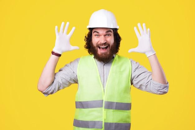 Lo logramos, nuestro equipo de construcción es el mejor. retrato, de, asombrado, arquitecto, hombre