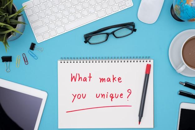 Lo que te hace único con escritorio de mesa de oficina