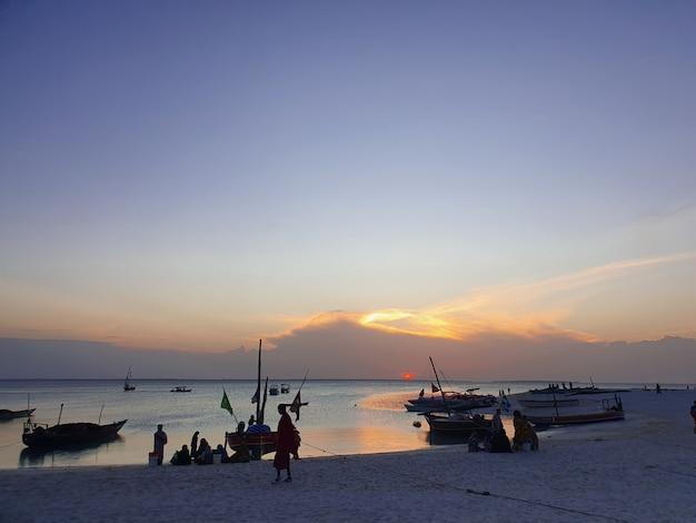 Los locales de pesca al atardecer en el océano. los barcos están parados en la orilla