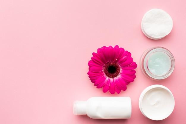 Loción cosmética y espacio de copia de flores