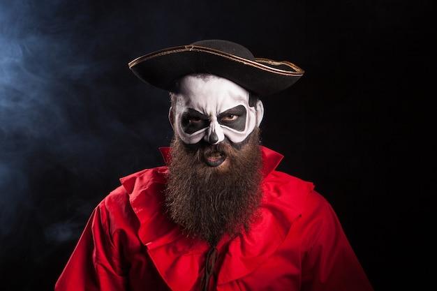 Loco disfrazado de pirata aislado en capitán atractivo negro