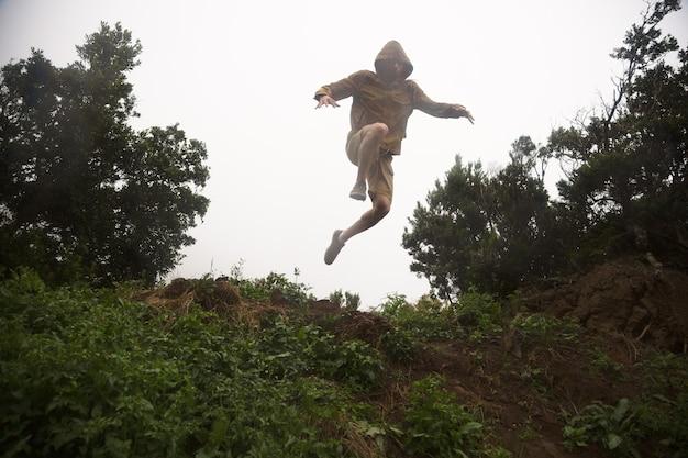 Loco excursionista saltando