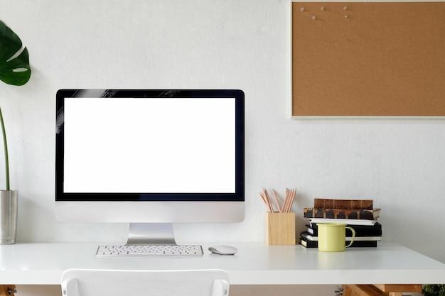Loft espacio de trabajo con maqueta portátil en blanco y suministros.