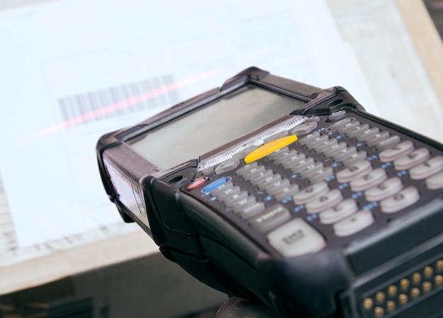 Logística empresarial y almacén, cierre el escáner de código de barras con la exploración en el paquete de caja.
