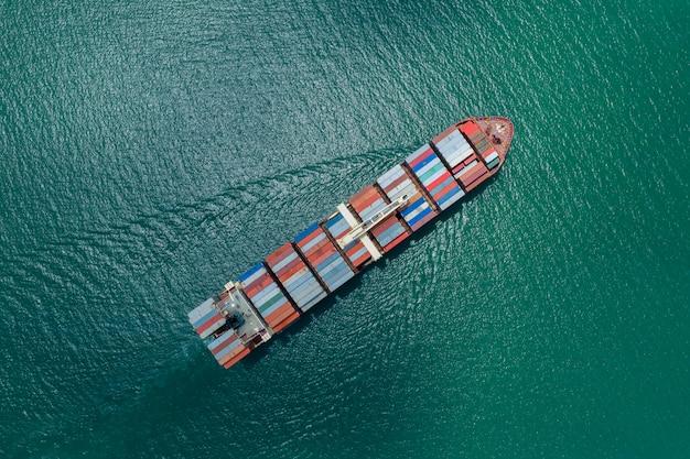Logística empresarial. contenedores. buque de carga y exportación e importación. internacional mar abierto.