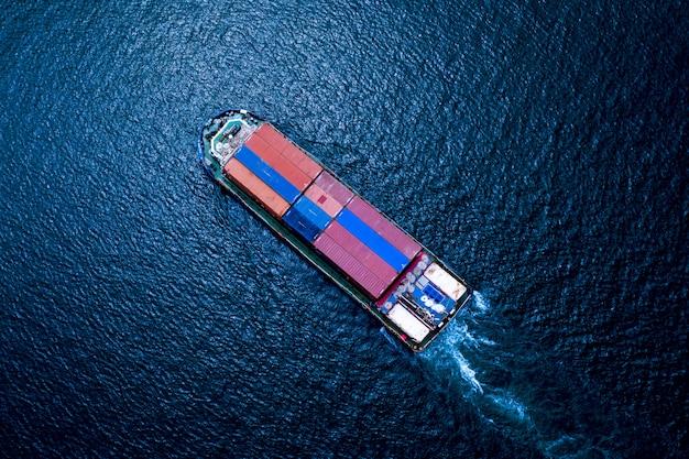 Logística empresarial envío de contenedores de carga transporte marítimo importación y exportación internacional.