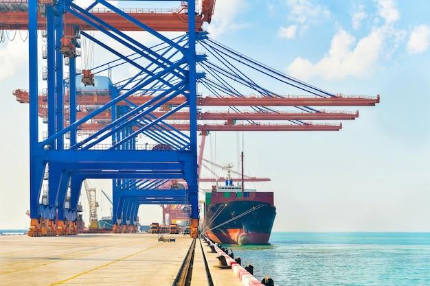 Logística industrial y transporte de camión en patio de contenedores para negocio logístico y de carga