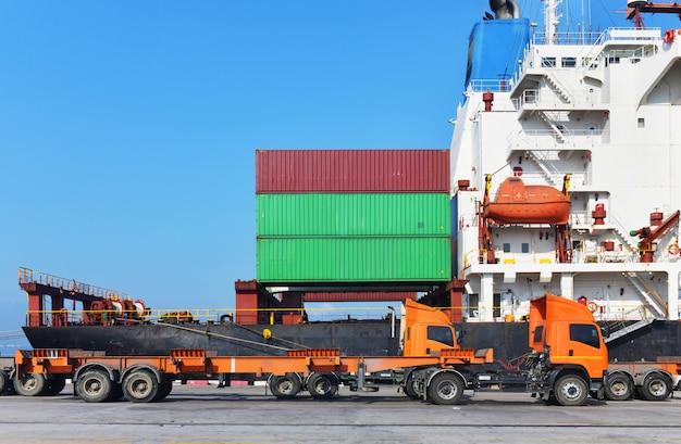 Logística industrial y transporte de camiones en el patio de contenedores para logística y negocios de carga en el puerto de embarque