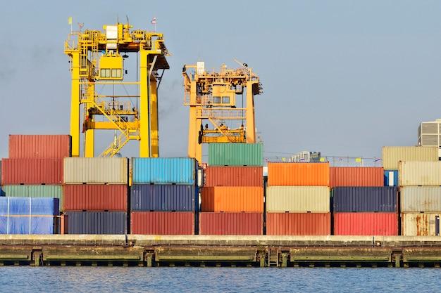Logística industrial y transporte de camiones en el patio de contenedores para logística y negocios de carga en el puerto de embarque.