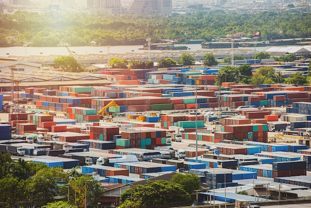 Logística y transporte de buque de carga de contenedores y avión de carga con puente grúa de trabajo en el astillero al amanecer, industria de transporte y exportación de importación logística
