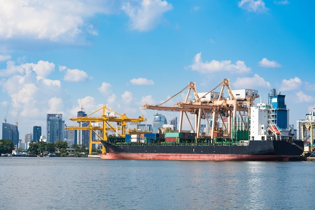 Logística y transporte de buque de carga de contenedores.
