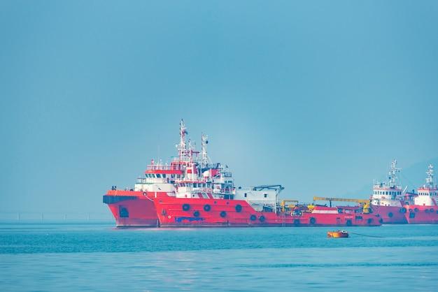 Logística y transporte del buque internacional de carga de contenedores en el océano.
