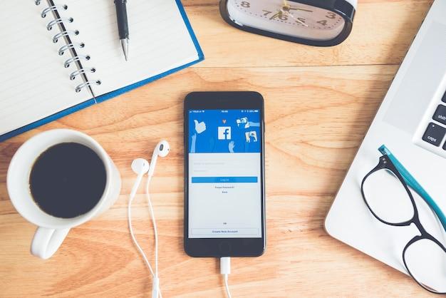 Logotipo de la aplicación de redes sociales de facebook