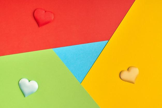Logotipo de navegador favorito en papel. colores rojo, amarillo, verde y azul. logotipo colorido y brillante con corazones.