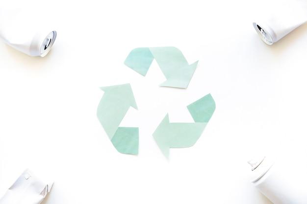 Logotipo de reciclaje con basura en las esquinas