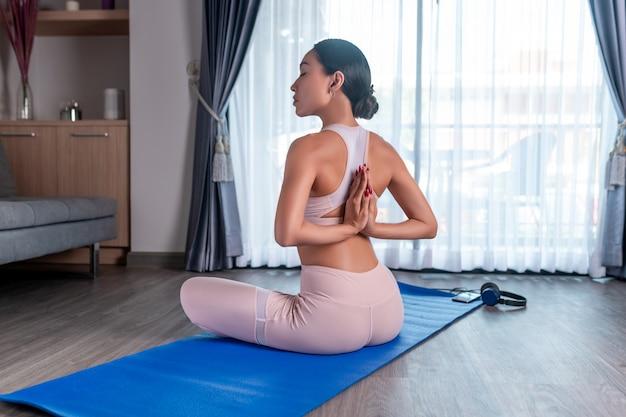 Se logra un cuerpo hermoso a través del deporte y el yoga.