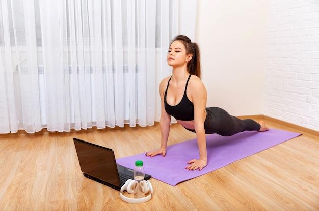 Lograr el sano juicio a través del yoga joven practicando yoga