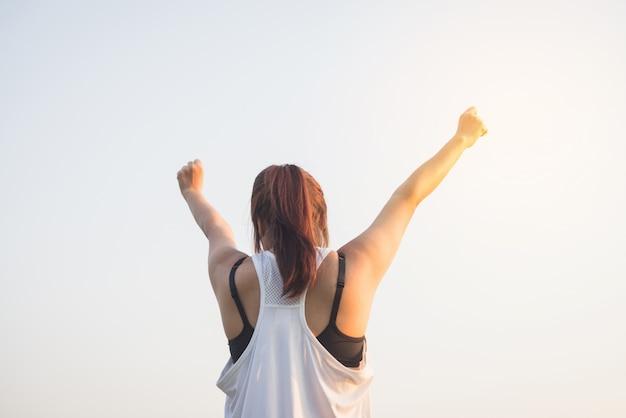 Logro atleta joven ejercer soleado