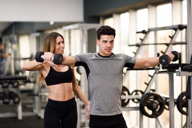 Logro de fitness muscular estilo de vida joven