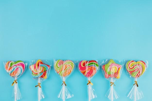 Lollipop colorido sobre fondo azul