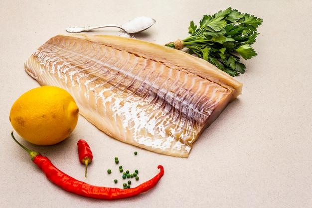 Lomo de bacalao crudo con limón, sal marina, chile y pimienta de cayena, perejil