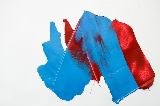 Lona blanca con trazos rojos y azules.