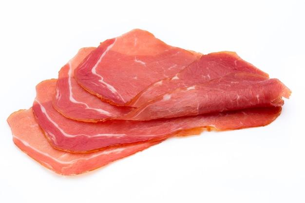 Lonchas de jamón de cerdo aislado en blanco