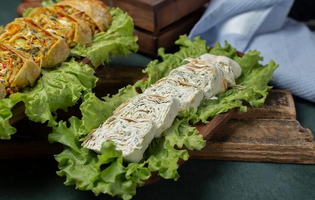 Lonchas de queso servidas sobre hojas de lechuga