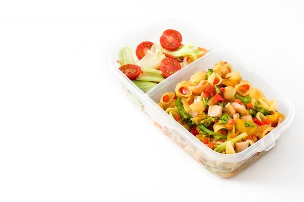 Lonchera con alimentos saludables listos para comer aislado sobre fondo blanco.