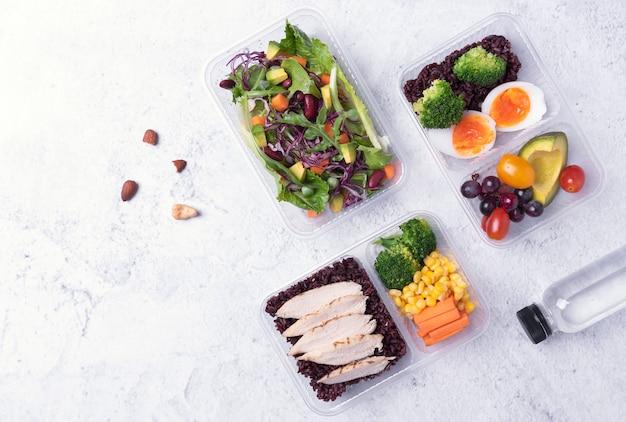 Lonchera de dieta saludable fresca con ensalada de verduras en la mesa