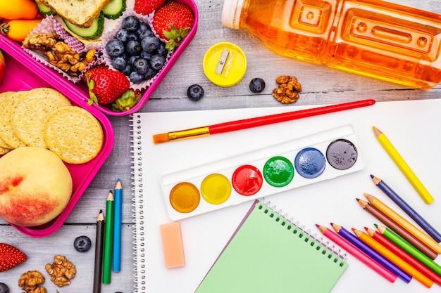 Lonchera escolar con útiles escolares