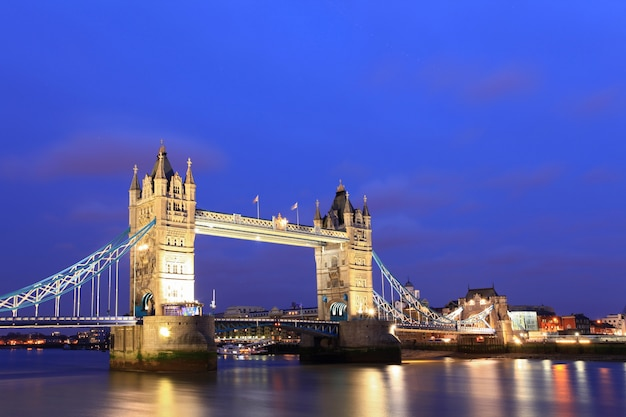 London tower bridge al atardecer