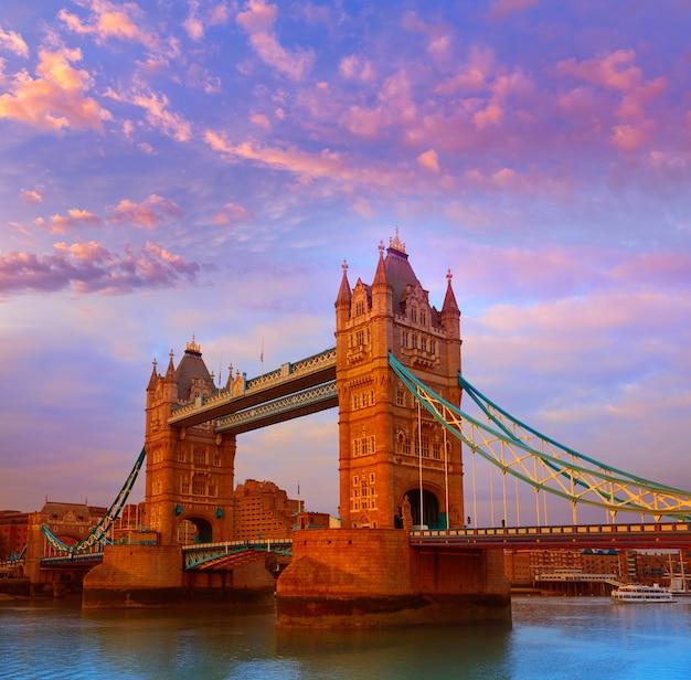 London tower bridge sobre el río támesis