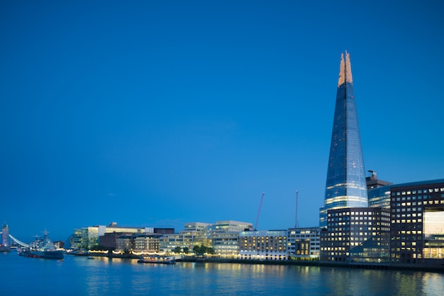Londres, south bank con shard temprano en la noche