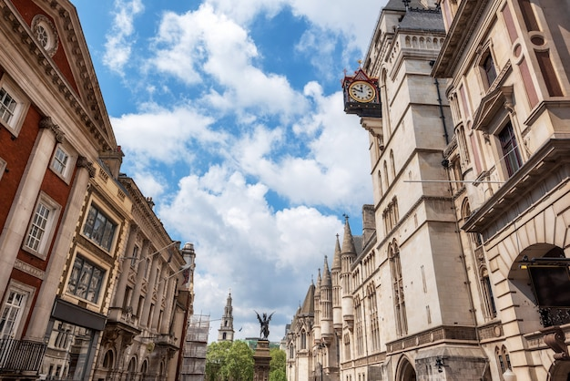 Londres, temple bar, monumento y reales tribunales de justicia.