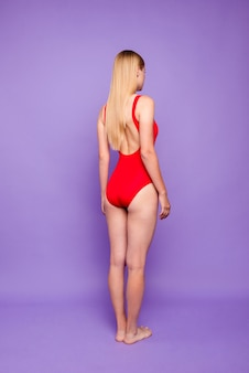 La longitud completa de la dama volvió vistiendo trajes de baño brillantes